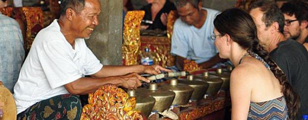 Balinesischer Gamelan-Musiker mit Gongspiel und Basler Schülern.