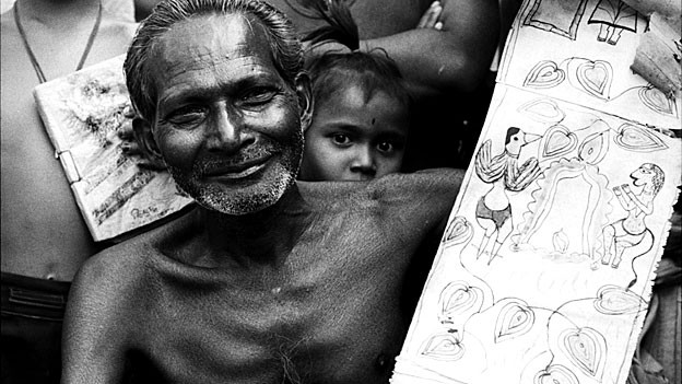 Der inzwischen verstorbene Motilal Chitrakar zeigt eine Bildrolle über Jagannath, den ostindischen «Herrn der Welt».
