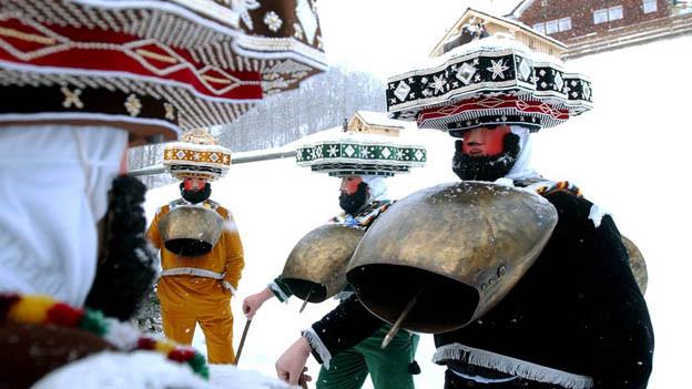 Silvesterkläuse gehen in Urnäsch von Haus zu Haus.