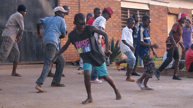 Kinder und Jugendliche werden an den Hip-Hop-Nachmittagen eingebunden und üben zu wummernder Musik die besten «Moves».