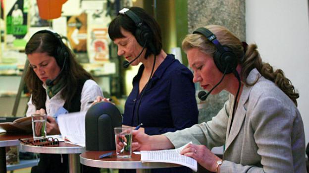 Konzentriertes Zuhören: Graziella Contratto, Gabriela Kaegi und Olga Machonova im Radio-Kulturcafé.