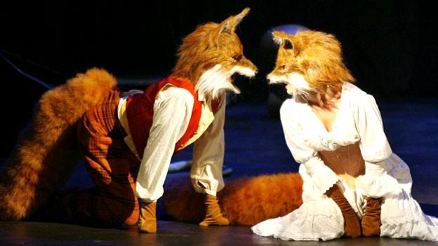 Mit Fuchsschwanz und Maske: «Das schlaue Füchslein» am Zürcher Opernhaus 2006.