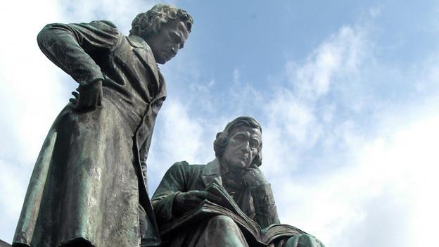 Gebrüder-Grimm-Denkmal auf dem Marktplatz vor dem Rathaus in Hanau.