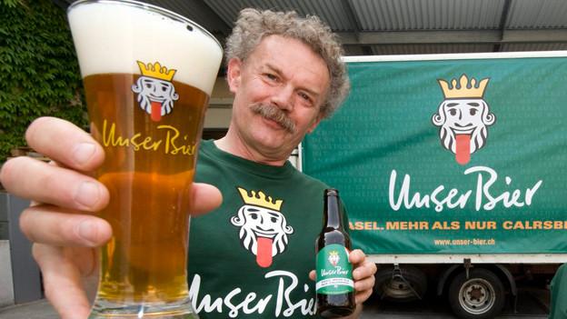Istvan Akos posiert zur EM 2008 mit dem speziell angefertigten Bier «Basel. Mehr als nur Carlsberg».
