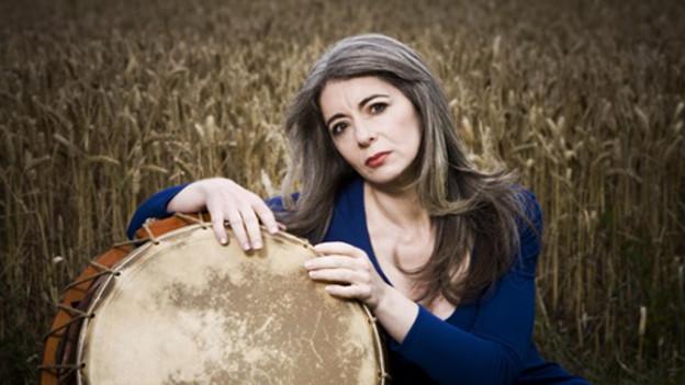 Evelyn Glennie wuchs auf dem Bauernhof ihrer Eltern in Aberdeenshire auf und fing mit zwölf Jahren an, Pauke, Trommeln und Xylophon zu spielen.