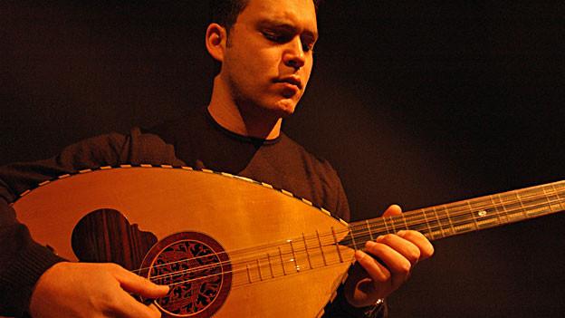 Stelios Petrakis aus Kreta spielt nicht nur traditionell griechische, sondern auch türkische Instrumente, wie die Saz.