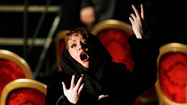 Mimik und Gestik einer Opernsängerin: Echte Gefühle oder Theatralik?