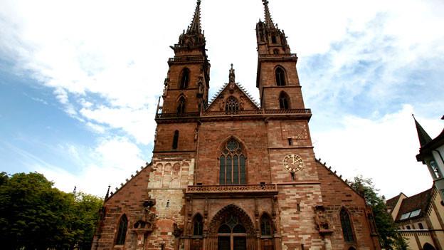 Die grösste Glocke im Basler Münster, die sogenannte Papstglocke, läutet das alte Jahr aus und darf an allen hohen Feiertagen wie Weihnachten alleine vorläuten.