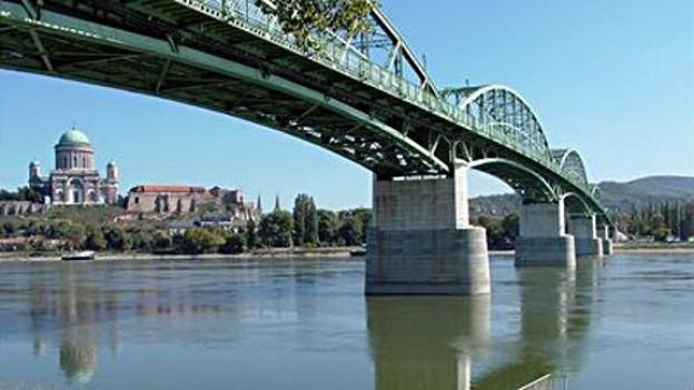 Esztergom und die Maria Valeria-Brücke, von Sturovo aus.