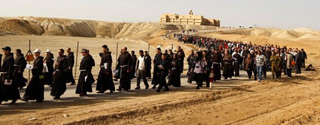 Christliche Pilger auf dem Weg von der Klosterkirche Johannes nach Qasr el-Yahud bei Jericho.