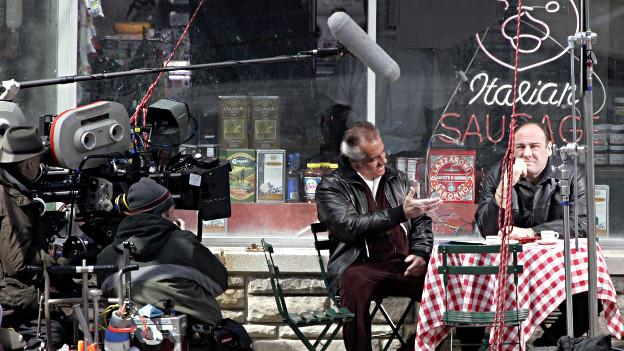 Tony Sirico und James Gandolfini (rechts) bei den Dreharbeiten zur Mafiaserie «The Sopranos», die als eine der Begründerinnen der neuen TV-Serienkultur gilt.