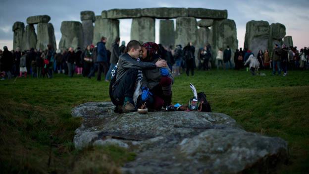 Menschen versammeln sich am 21. Dezember 2012, dem Ende der Welt gemäss Maya-Kalender, bei den Steinkreisen von Stonehenge.