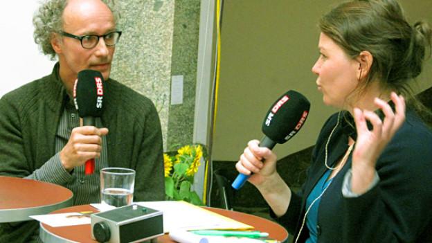 Jürg Kienberger mit DRS2-Redaktorin Dagmar Walser.