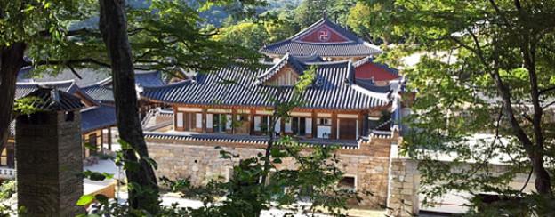 Das Heinsa-Kloster liegt in der Bergwelt im Süden Koreas, vier Stunden von Seoul. Es besteht aus einer zentralen Tempelanlage sowie mehreren Nebentempeln und ist eines der grössten unter den zweitausend buddhistischen Klöstern in Südkorea.