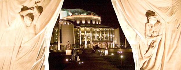 Das ungarische Nationaltheater zwischen den Marmorskulpturen von Miklos Melacco.