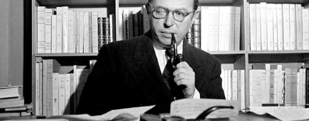Der französische Schriftsteller und Philosoph Jean-Paul Sartre sitzt an seinem Schreibtisch in Paris, 1948.