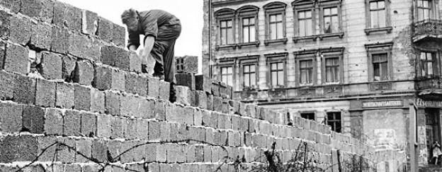 Alles andere als glatter Beton: Arbeit an der Berliner Mauer.