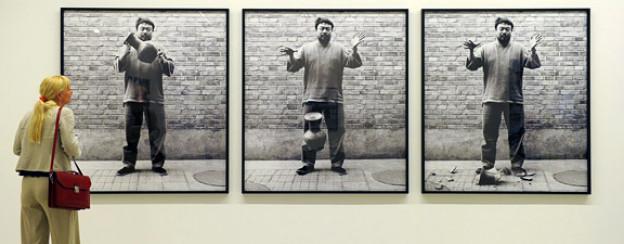 Frühes fotografisches Werk von Ai Weiwei: «Dropping a Han Dynasty Urn, 1995».