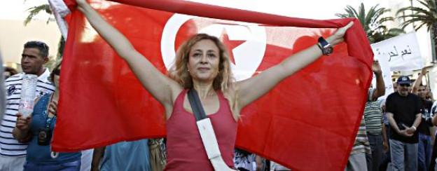 Demonstrantin mit der tunesischen Flagge.