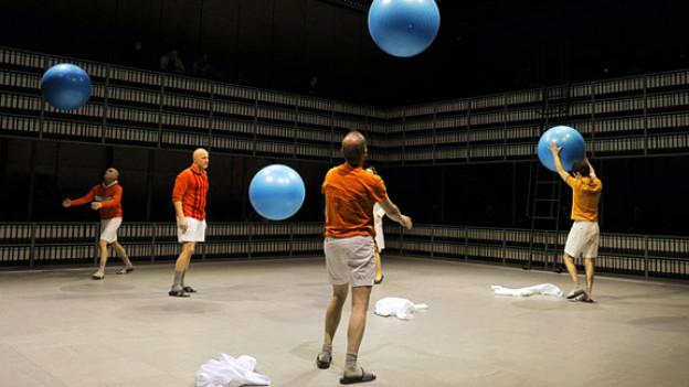 Szene im Stück «Zwanzigtausend Seiten» von Lukas Bärfuss.