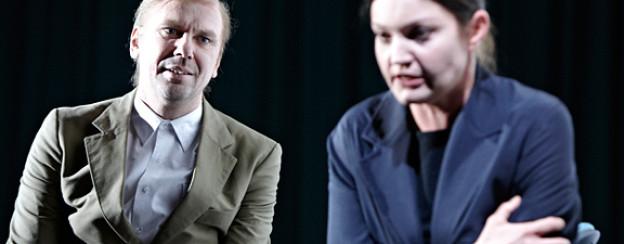 Michael Maertens als König Richard III und Julia Kreusch als Lady Anne.