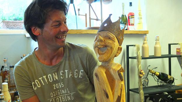 Rolf Blöchlinger vom Kunstnacht-Team mit einem seiner lachenden Könige.