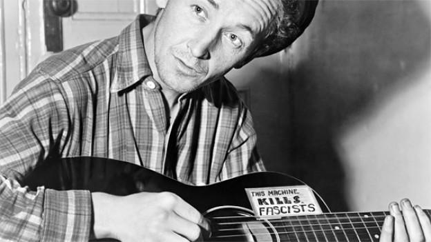 «This Machine Kills Fascists»: der bekannte Slogan an Woody Guthries Gitarre.