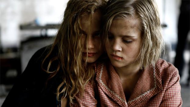 Lore (Saskia Rosendahl) und Liesel (Nele Trebs).
