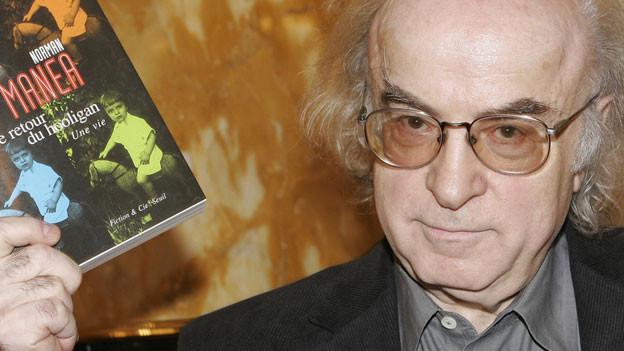 Der Autor Norman Manea und eines seiner Bücher.
