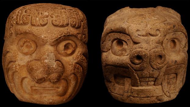 Kopfskulpturen aus dem Tempel von Chavín (ca. 900–550 v. Chr.). Links menschengestaltig, rechts Mensch-Tier-Mischwesen.