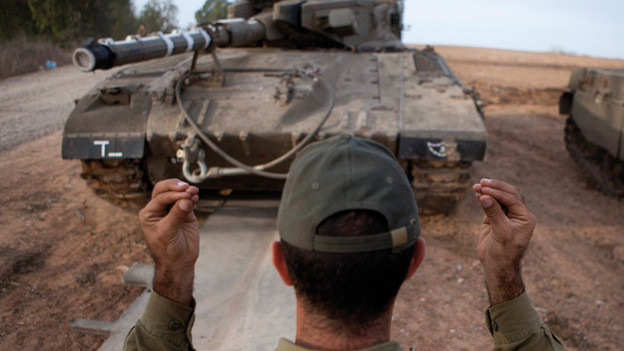 Israelischer Soldat weist einem Panzer den Weg nahe der Grenze zu Gaza, 2012.