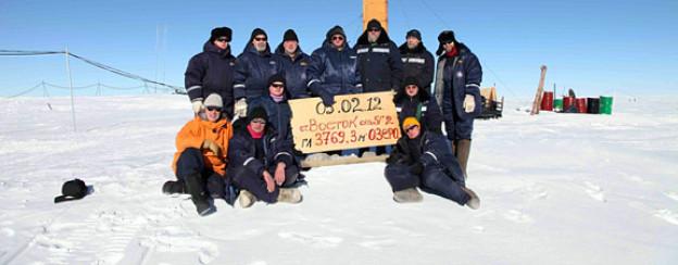 Erfolgreiche Bohrung: Russische Forscher posieren bei der Vostok-Station in der Antarktis im Februar 2012.
