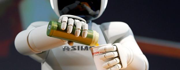 Roboter «Asimo» von Honda schenkt einen Drink aus.