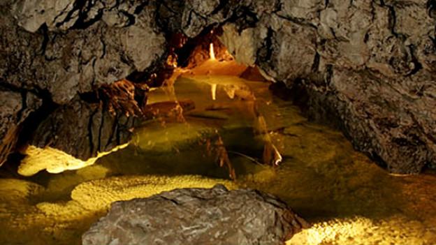 Während Millionen von Jahren hat der Fluss Orbe Kalkschichten unterirdisch ausgewaschen.