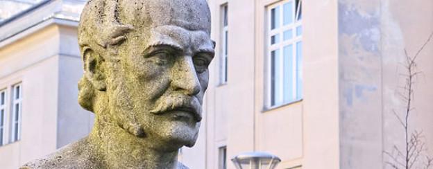 Semmelweis-Büste vor der Frauenklinik in Wien.