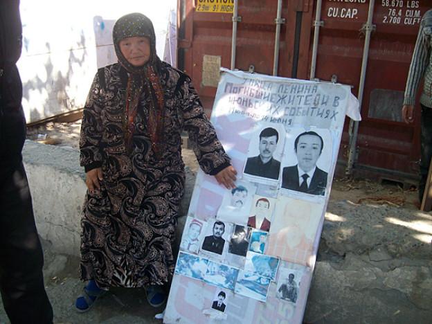 Auch sechs Monate nach den Unruhen ist die  Atmosphäre in Osch immer noch aufgeladen. Die Usbeken fürchten sich vor Übergriffen durch kirgisische Nationalisten. Bild: Eine Usbekin in Osch trauert um ihren Sohn.