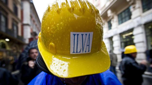 Arbeiter protestieren gegen Schliessung der Stahlfabrik Ilva in Italien.