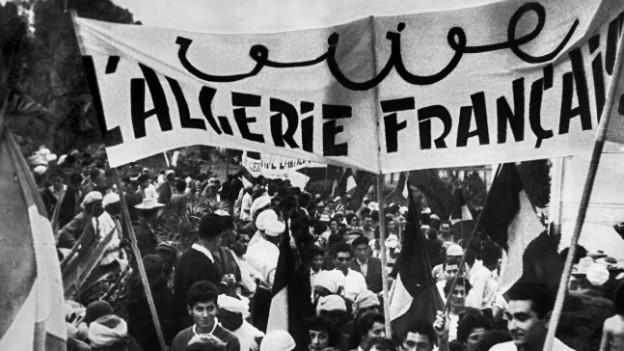 """Demonstration in Algier 1958 gegen die Unabhängigkeit und fuer ein """"Algerie francaise""""."""