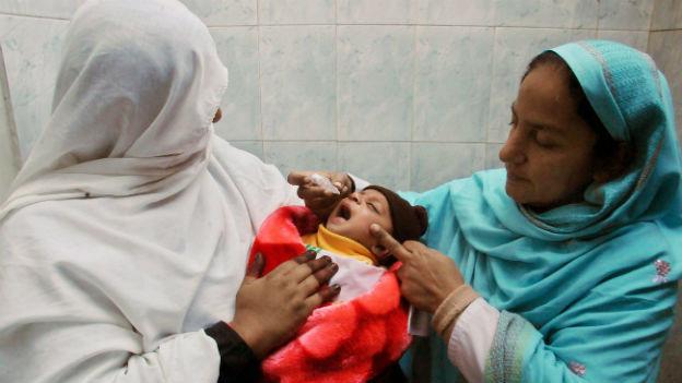 Ein Kind wird in Peshawar gegen Polio geimpft
