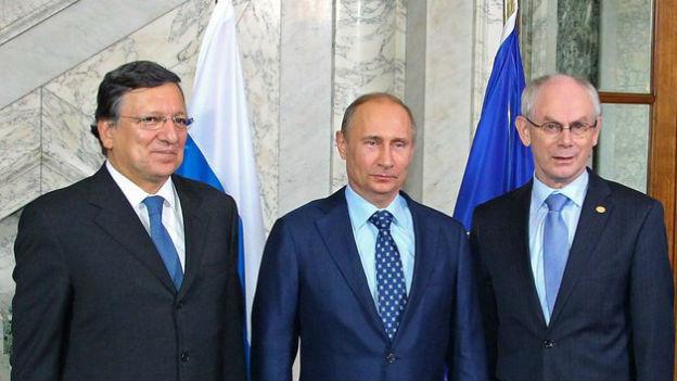 Jose Manuel Barroso und Herman Van Rompuy posieren mit Wladimir Putin.