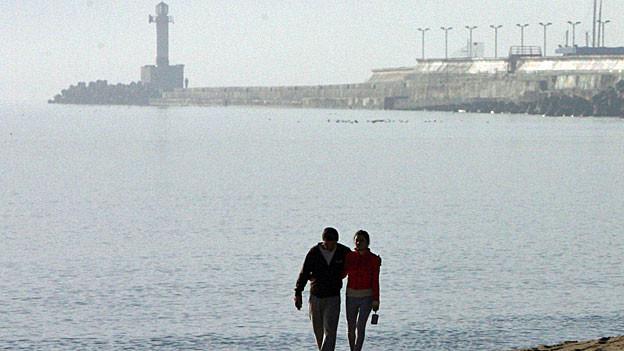 Bulgariens Bevölkerung hat nichts vom Wirtschaftswachstum - Paar vor dem Hafen von Varna am schwarzen Meer.