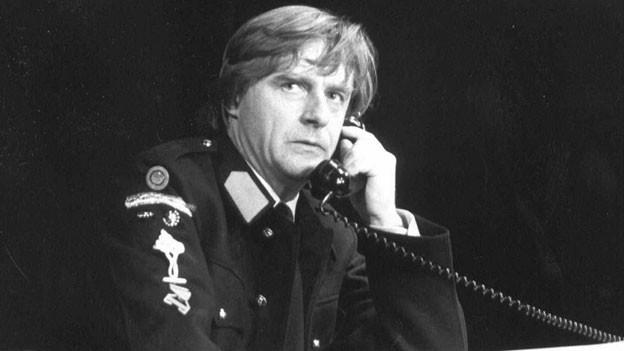 Ein uniformierter Mann am Telefon.