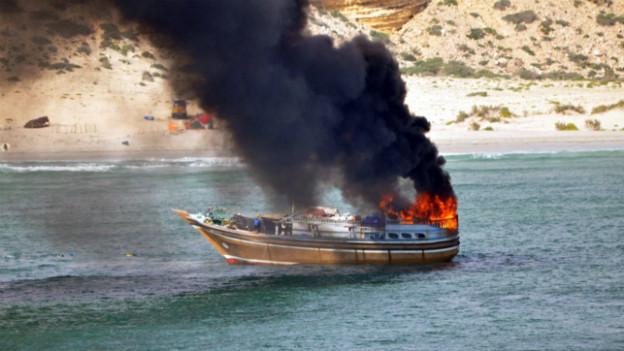Brennendes Piraten-Boot vor der Küste Somalias im Oktober 2012.