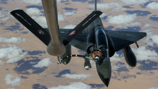 Französischer Mirage-Jet hoch über Mali beim Betanken.