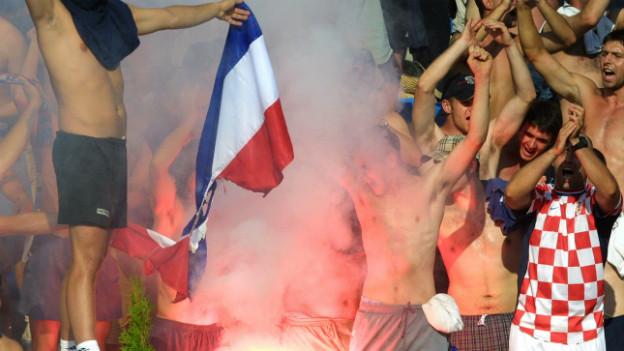 Problematisches Verhältnis: Kroatischer Fan mit serbischer Flagge an der Wasserball EM 2003.