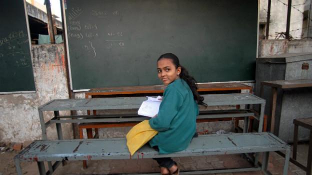 Ein Mädchen wartete auf den Schulbeginn im indischen Ahmedabad.
