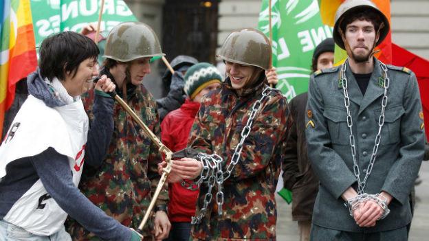 GSoa-Mitglieder demonstrieren gegen die Wehrpflicht.