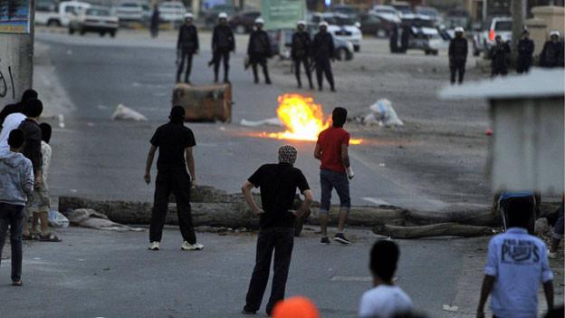 Polizisten und Demonstranten treffen aufeinander in Manama, Bahrein.