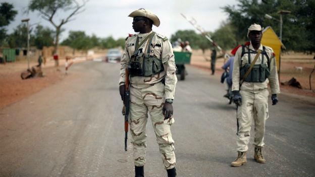 Malische Soldaten sichern einen Checkpoint.