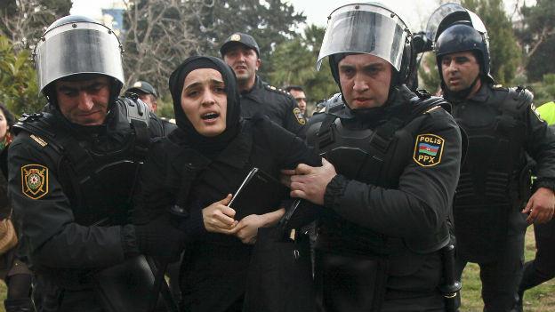 Auch bei den Sympathiekundebungen für die Stadt Ismayili werden Demonstranten verhaftet.